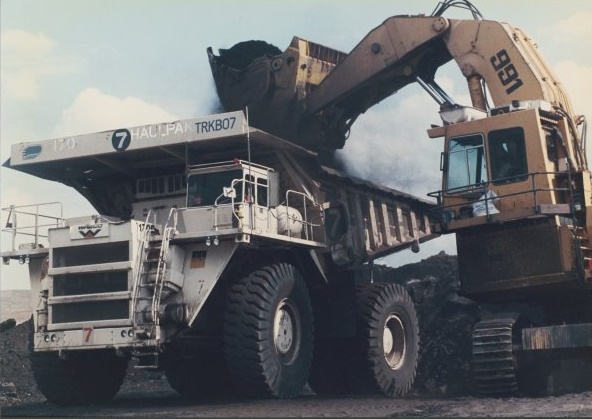Filling a Haulpak at Drayton coal mine, Hunter Valley, New South Wales Image credit: flickr user: Linehaul Jnr